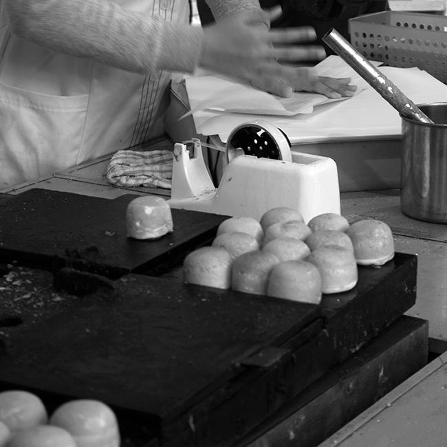 鶏卵まんじゅう屋さんの玉子色のテープカッター